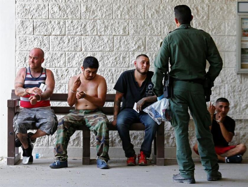 El Servicio de Inmigración y Control de Aduanas (ICE) ignora las normas de responsabilidad y transparencia que exige el Congreso al contratar a empresas que gestionan centros de detención de inmigrantes, según un estudio que presentan hoy defensores de los derechos de los reclusos. EFE/ARCHIVO