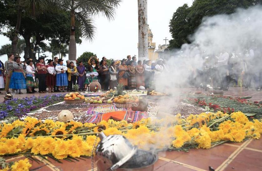 Un grupo de mujeres indígenas de más de veinte países americanos escenifican una ceremonia de sanación ancestral en la plaza principal del distrito de Barranco, en Lima (Perú). EFE