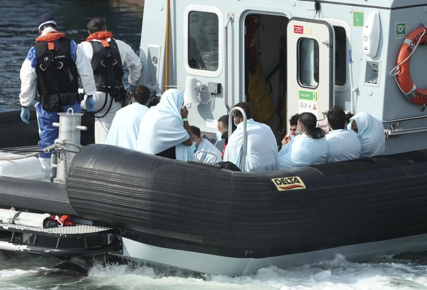 Un barco del gobierno británico transporta a un grupo de migrantes al puerto de Dover, en el sur de Inglaterra, el domingo 9 de agosto de 2020. (Yui Mok/PA Wire vía AP)