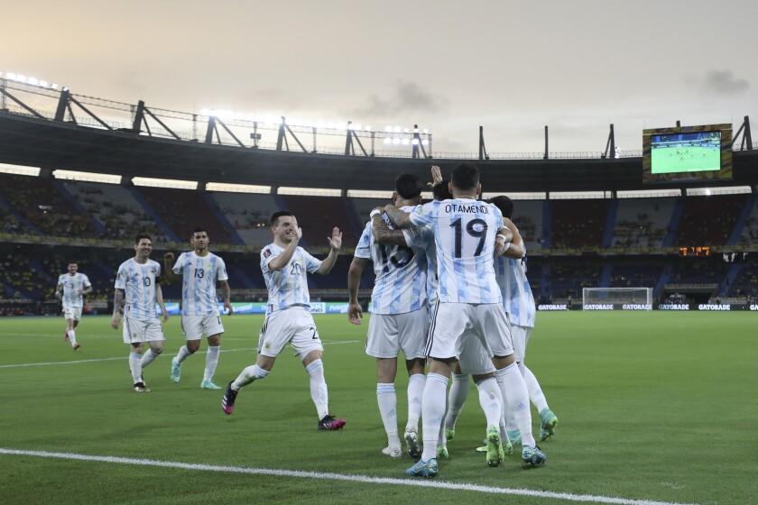 Los jugadores de la selección de Argentina festejan luego de que Leandro Paredes consiguió un gol