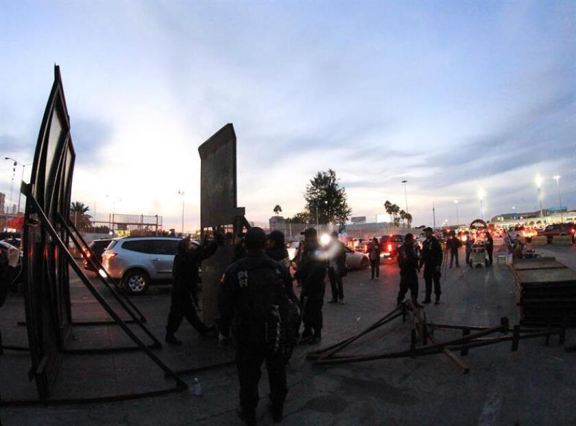 Federal Police install barricades in Tijuana, in the state of Baja California, Mexico, Nov. 17, 2018. EPA-EFE/JOEBETH TERRIQUEZ