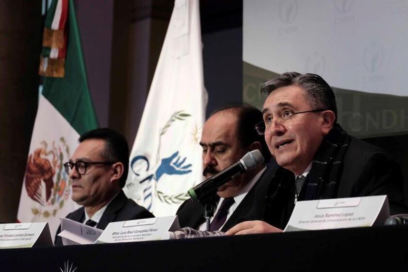 Fotografía cedida por la CNDH que muestra al presidente de la Comisión Nacional de los Derechos Humanos (CNDH), Luis Raúl González (d), mientras participan durante una rueda de prensa hoy en Ciudad de México (México). EFE/CNDH/SOLO USO EDITORIAL