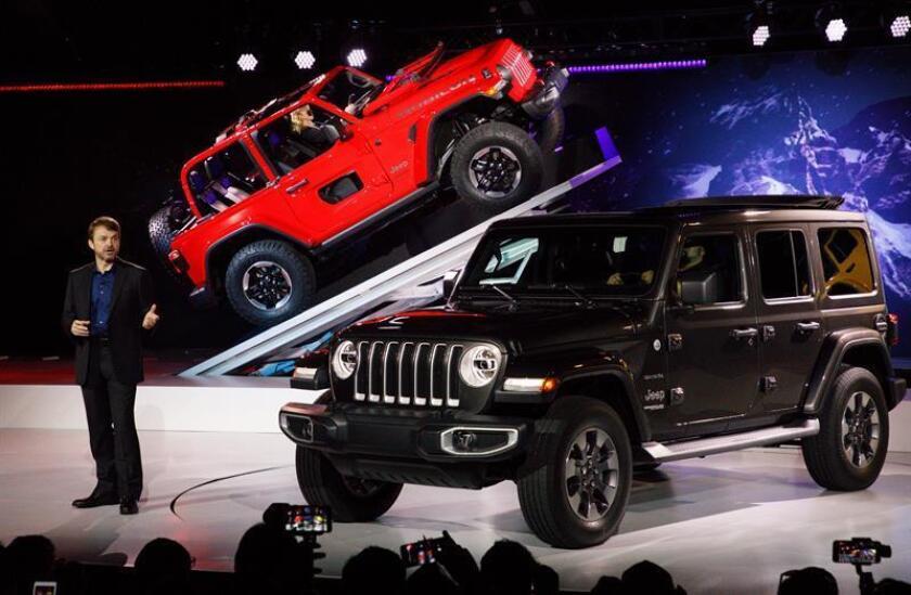 El nuevo Jeep Wrangler Sahara (d) y el Jeep Wrangler Rubicon de 2 puertas son presentados durante una conferencia de prensa parte del AutoMobility LA en el Centro de Convenciones en Los Ángeles, California (EE.UU.). EFE/Archivo