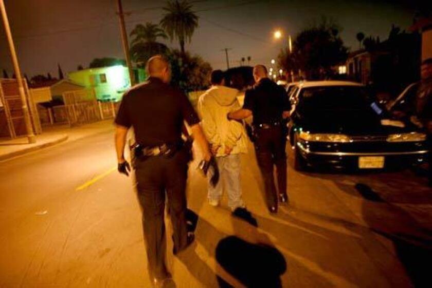 El hijo de María García es detenido después que las autoridades encontraran un arma en su cuarto. El joven de 17 años es presuntamente miembro de la pandilla Barrio Mojados.