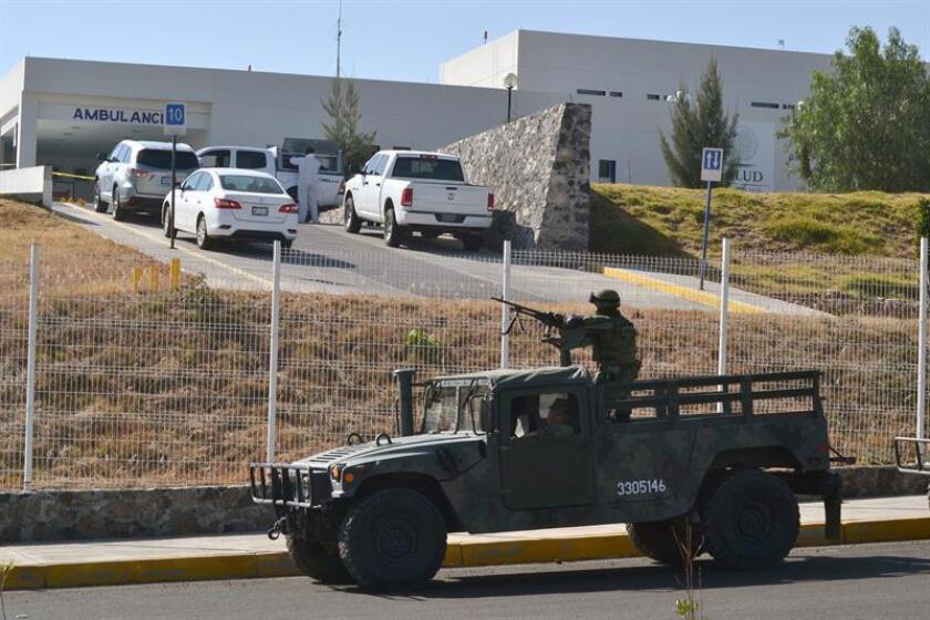 Integrantes del Ejército de México vigilan afuera de un hospital hoy, miércoles 17 de enero de 2017, en el municipio de Salvatierra, central estado de Guanajuato (México). EFE