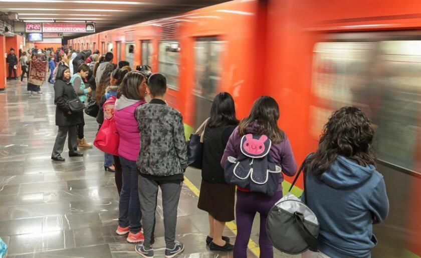 Fotografía del 15 de diciembre de 2016 de algunos de los miles de usuarios que utilizan a diario el metro de la Ciudad de México. EFE/Archivo
