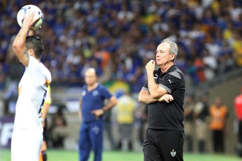 Levir Culpi (d), director técnico de Atlético Mineiro. EFE/Archivo