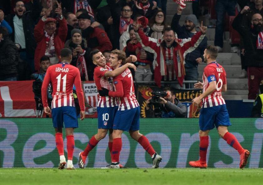 El delantero francés del Atlético de Madrid Antoine Griezmann (c) celebra el segundo gol de su equipo ante el Mónaco, en el partido de Liga de Campeones, esta noche en el estadio Wanda Metropolitano. EFE