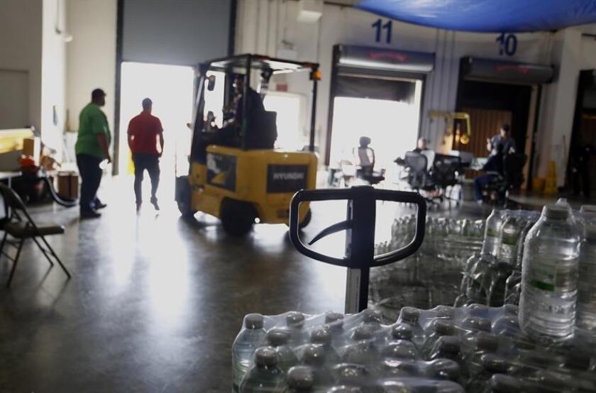 Un montacargas trabaja dentro del almacén principal de la Agencia Federal para la Administración de Emergencias (FEMA) en Guaynabo. EFE/Archivo