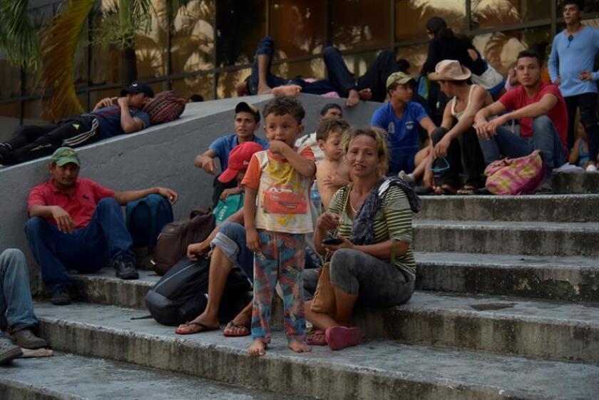 """Migrantes hondureños toman un descanso en el jardín Hidalgo de Tapachula (México) ayer, domingo 21 de octubre de 2018. l presidente de Estados Unidos, Donald Trump, aseguró hoy que su Gobierno está haciendo """"todos los esfuerzos posibles"""" para evitar que """"la avalancha de extranjeros ilegales"""" crucen la frontera con México, y les advirtió que, de llegar, las autoridades estadounidenses no aceptarán su entrada. EFE"""