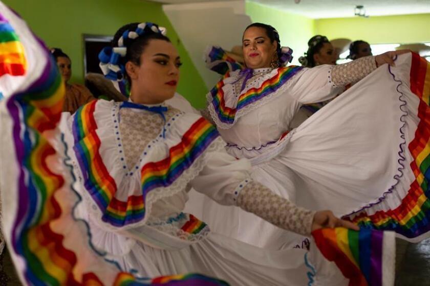 """Fotografía fechada el 26 de agosto de 2018 que muestra a integrantes del """"Ballet folclórico LBGTTTI Jalisco es diverso"""" mientras se preparan para una actuación, en Guadalajara, estado de Jalisco (México). EFE"""