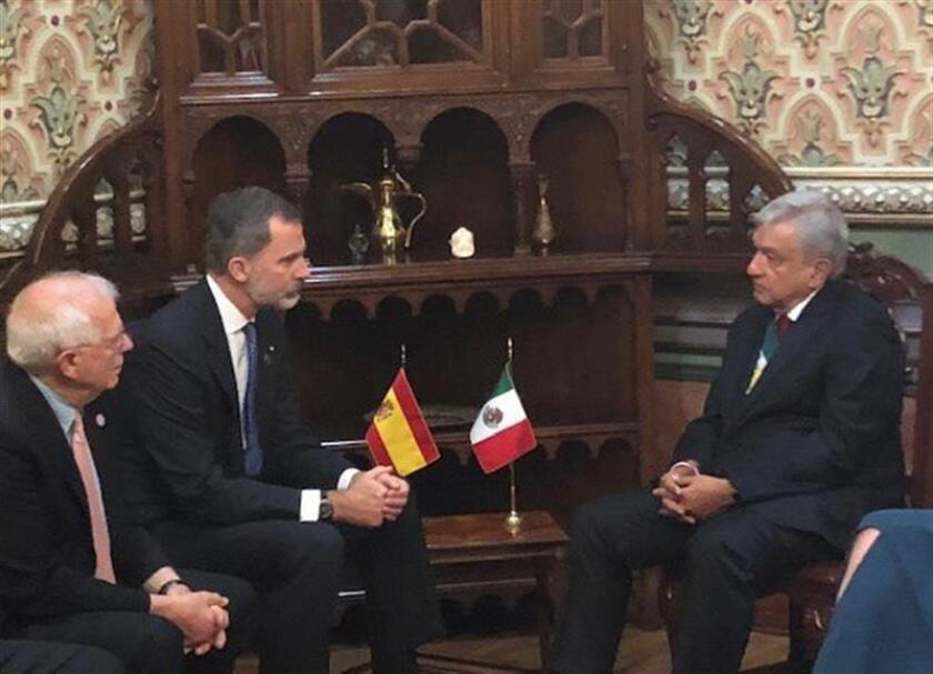Fotografía cedida por la Embajada de España en México, del presidente de México, Andrés Manuel López Obrador (d), durante un encuentro con el Rey Felipe VI de España (2i), luego de su ceremonia de investidura hoy, sábado 1 de diciembre de 2018, en Ciudad de México (México). EFE/Embjada de España en México/SOLO USO EDITORIAL/NO VENTAS/MÁXIMA CALIDAD DISPONIBLE