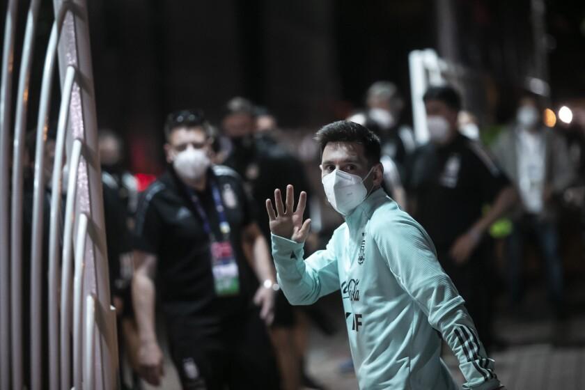 Lionel Messi, de la selección de Argentina, saluda a un grupo de seguidores al llegar a un hotel