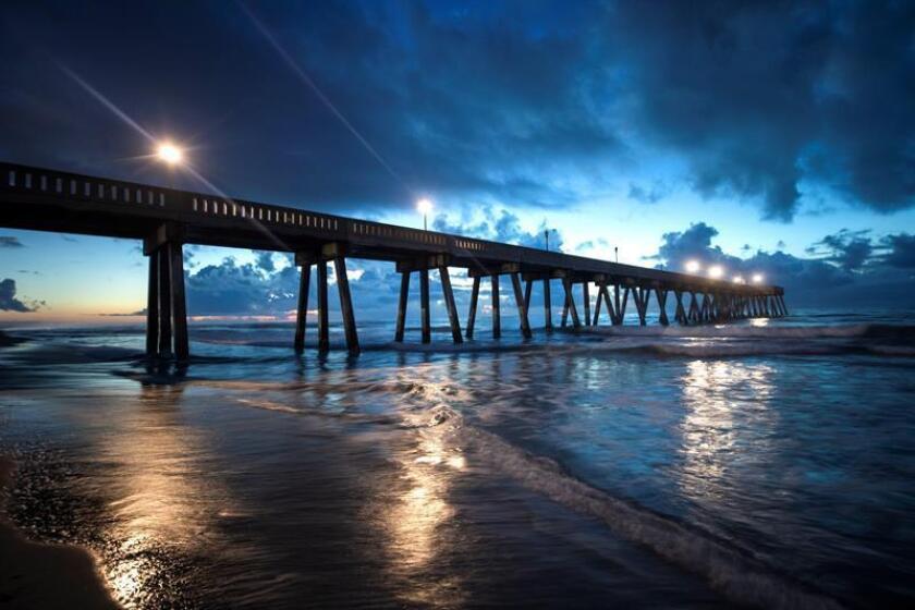Vista del muelle Johnny Mercer al amanecer en la playa Wrightsville en Carolina del Norte (Estados Unidos) hoy, 12 de septiembre de 2018. EFE