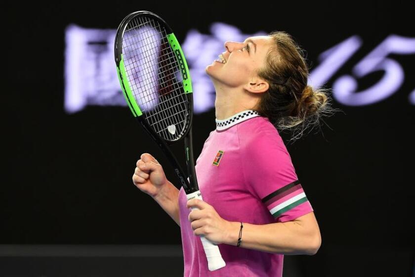 La tenista rumana Simona Halep celebra su victoria en el partido de la primera ronda del Abierto de Australia disputado contra la estonia Kaia Kanepi, en Melbourne, Australia, ayer. EFE
