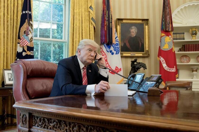 El presidente estadounidense, Donald Trump, conversa por teléfono en el Despacho Oval de la Casa Blanca en Washington (Estados Unidos). EFE/Archivo