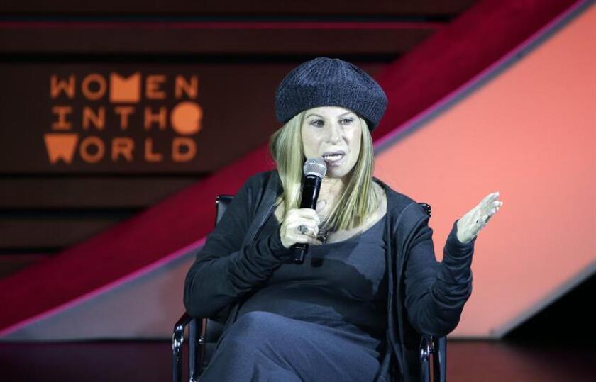 La actriz y cantante estadounidense Barbra Streisand habla durante un evento. EFE/Archivo
