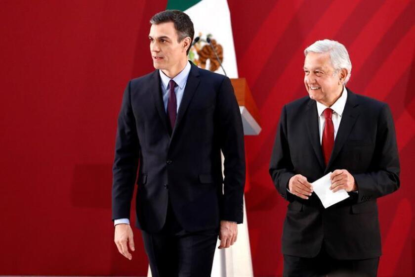 El presidente del Gobierno español, Pedro Sánchez (i), y el presidente de México, Andrés Manuel López Obrador (d), ofrecen una rueda de prensa conjunta este miércoles en el Palacio Nacional, en Ciudad de México (México). EFE