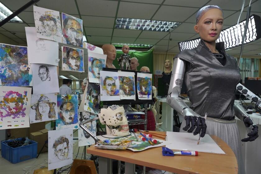 Obras de Sofía son vistas en el estudio de Hanson Robotics en Hong Kong el 29 de marzo del 2021.