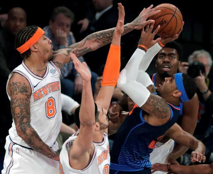 Oklahoma City Thunder forward Carmelo Anthony (R) tries to put up a shot but is blocked by defending New York Knicks forward Michael Beasley (L) and teammate New York Knicks center Enes Kanter (C) of Turkey in the first half of the NBA basketball game between the Oklahoma City Thunder and the New York Knicks at Madison Square Garden in New York, New York, USA. EFE