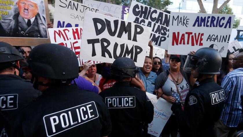 Foto de archivo. Grupo de manifestantes protestan la presencia de Trump en San José, California.
