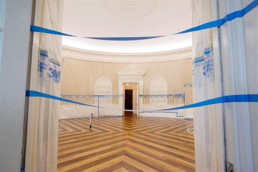 Vista del despacho Oval desde la entrada del ala oeste durante los trabajos de renovación de la Casa Blanca en Washington, DC, el viernes 11 de agosto de 2017. EFE/Archivo
