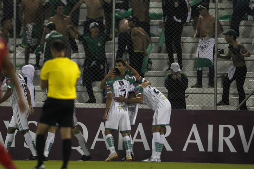 Lucas Mugni (c, atrás) de Oriente Petrolero celebra un gol con sus compañeros este jueves, durante un partido de la Copa Libertadores entre Aguilas Doradas y Oriente Petrolero, en el estadio Alberto Grisales en Rionegro (Colombia). EFE