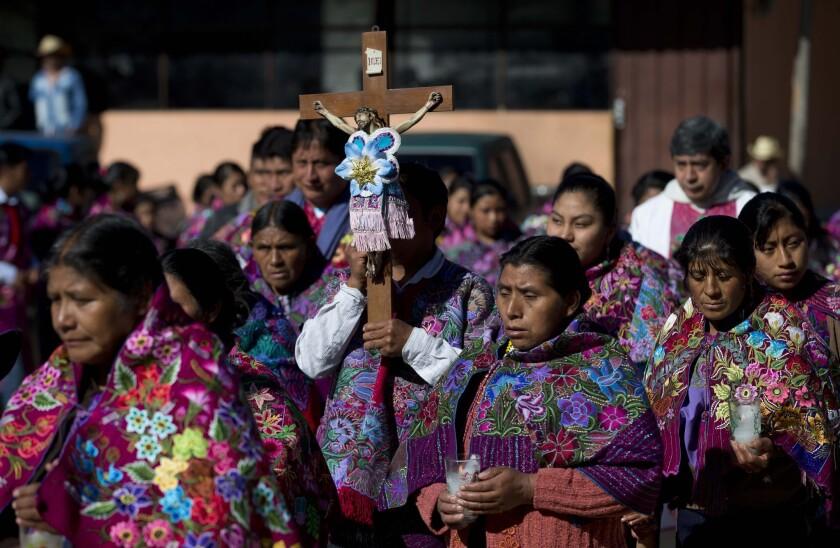 En esta imagen del 16 de enero de 2016, indígenas tzotzil participan en una procesión en honor del Cristo de las Esquípulas en Chajtoj, en el estado mexicano de Chiapas. (AP Foto/Eduardo Verdugo)