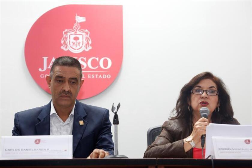La procuradora social del Gobierno de Jalisco, Consuelo González, y el director del Instituto Jalisciense de Ciencias Forenses (IJCF), Carlos Barba (i), participan en rueda de prensa hoy, lunes 15 de octubre de 2018, en la ciudad de Guadalajara, en el estado de Jalisco (México). EFE