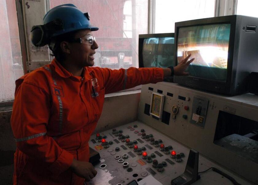 La minera Rosaura Castro, de 28 años, trabaja en las instalaciones de la mina Naica, la mina de plomo más grande de México, en el estado de Chihuahua. Un grupo de 200 mujeres mexicanas ha logrado vencer los tabúes sociales y el machismo, lo que unido a una mayor apertura de las empresas les ha permitido ingresar en la industria minera, un sector que tradicionalmente les ha cerrado las puertas. EFE/Archivo