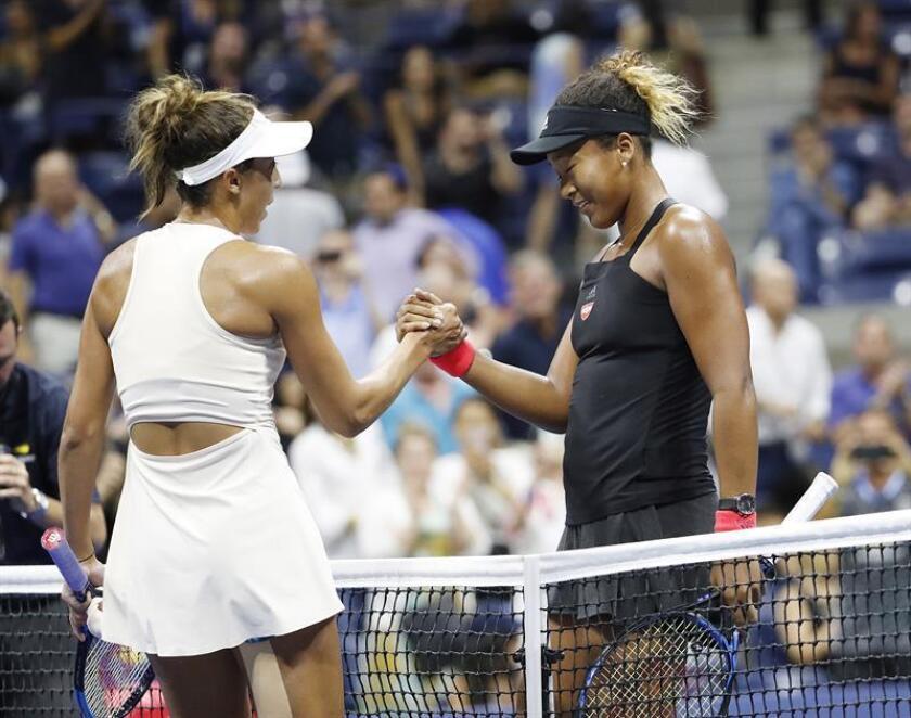 Naomi Osaka (d) de Japón saluda a Madison Keys de Estados Unidos tras derrotarla en un partido de las semifinales del Abierto de Tenis de Estados Unidos en el Centro Nacional de Tenis USTA en Flushing Meadows, en Nueva York (EE.UU.). EFE