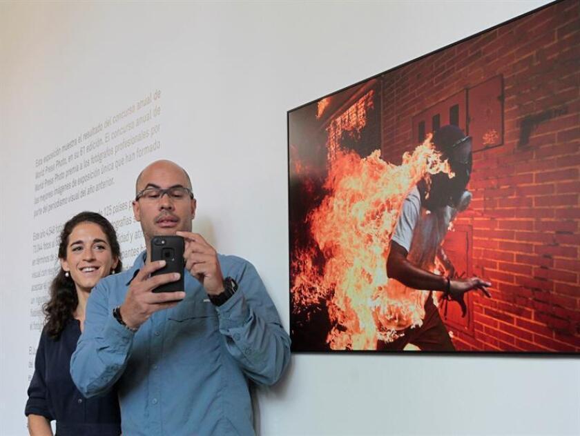 El fotoperiodista venezolano Ronaldo Schemidt (d) posa junto a la curadora del World Press Photo, Babettthe Warendorf (i), al termino de una entrevista con Efe hoy, jueves 26 de julio de 2018, en Ciudad de México (México). EFE