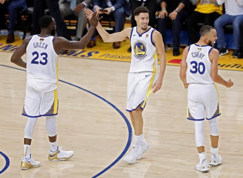 Draymond Green (i), Klay Thompson (c) y Stephen Curry (d) celebran durante el primer partido de la final de la NBA entre los Warriors de Golden State y los Cavaliers de Cleveland, en Oakland, California (Estados Unidos) hoy, jueves 31 de mayo de 2018. EFE