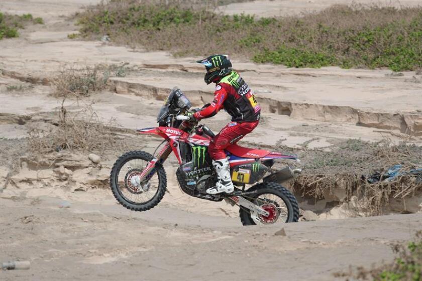 El piloto argentino Kevin Benavides fue registrado este miércoles al conducir su motocicleta Honda, durante la tercera etapa del Rally Dakar 2019, entre San Juan de Marcona y Arequipa (Perú). EFE