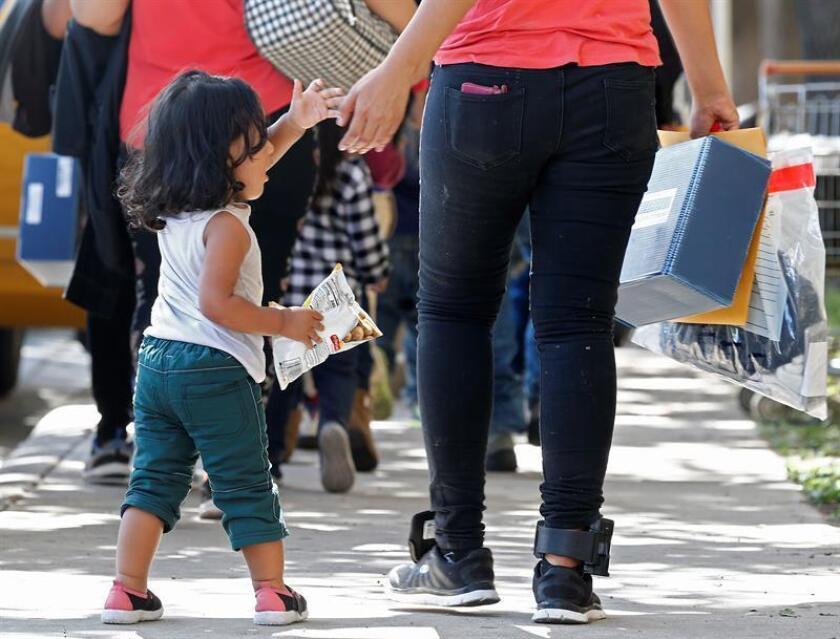 Los grupos proinmigrantes tienen planeado entregar a las patrullas fronterizas los documentos necesarios para que los familiares deportados puedan reunirse con sus hijos y que dependiendo de la situación podrán ser visados de asilo político o humanitarios, señaló Ruiz. EFE/Archivo