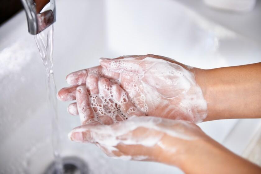 Hay que lavarse las manos con agua y jabón por 20 segundos.