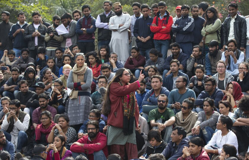 Una estudiante pronuncia un discurso en una reunión de estudiantes de la universidad Jawaharlal Nehru en protesta por la detención de un líder del sindicato de estudiantes en Nueva Delhi, India. (AP Foto/Manish Swarup)