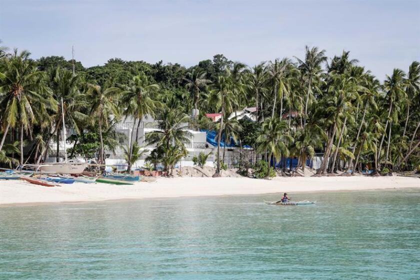 Un hombre rema a orillas de la isla de Boracay en Filipinas. EFE/Archivo