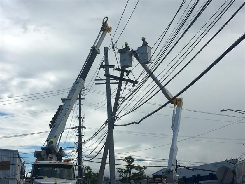 Una brigada de reparación de postes y cables de electricidad afectados por le paso del huracán María por Puerto Rico. EFE/Archivo