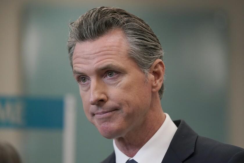 Fotografía del 26 de julio de 2021 del gobernador Gavin Newsom en conferencia de prensa en Oakland, California.