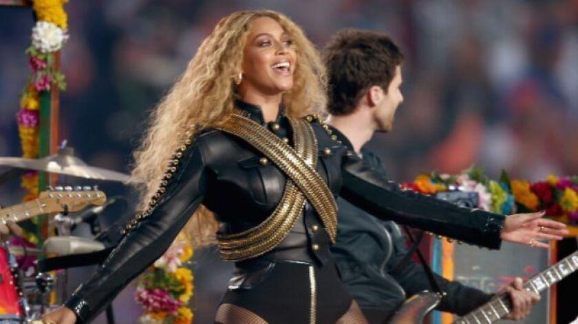 Beyoncé, con chaqueta de cuero negro y bandoleras, conquistó al público y audiencia del Super Bowl.
