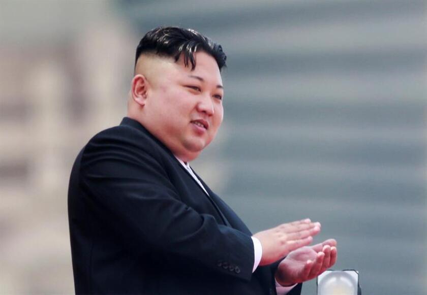 """Fotografía de archivo que muestra al líder norcoreano Kim Jong-un mientras aplaude desde un balcón durante un desfile por el festival """"Día del Sol"""" en la plaza Kim Il-Sung en Pyongyang (Corea del Norte). EFE/Archivo"""