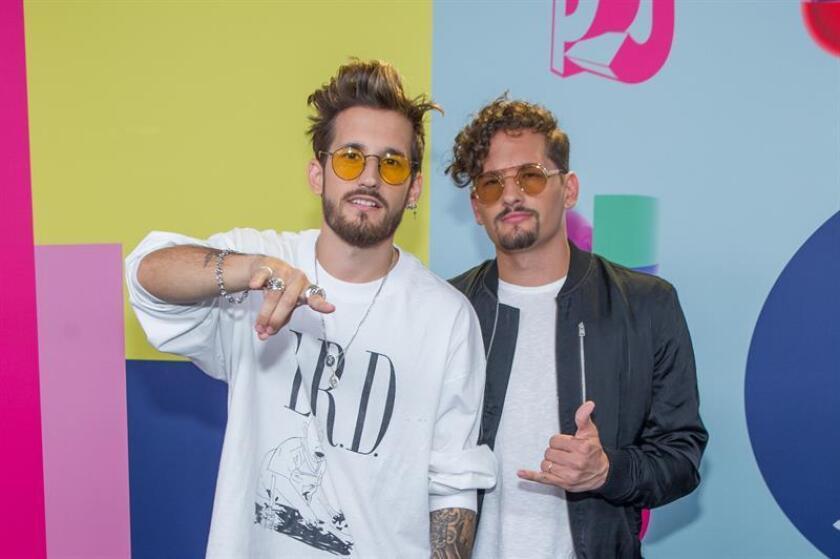 Los cantantes Ricky y Mau fueron registrados este domingo a su llegada a la alfombra azul de los Premios Juventud 2018, en el Watsco Center de Coral Gables (Florida, EE.UU.). EFE