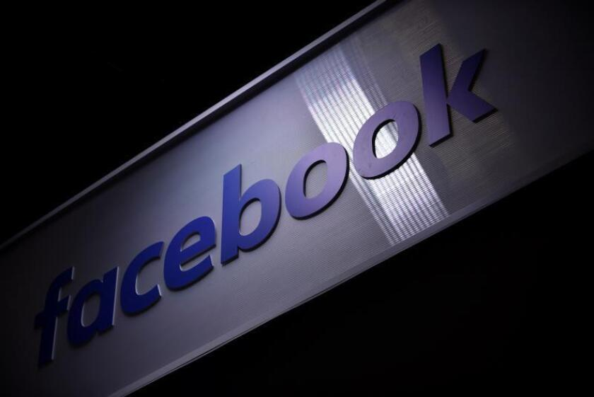 Vista del logo de la red social Facebook en la feria de nuevas empresas e innovación tecnológica VivaTech en París (Francia). EFE/ Julien De Rosa/Archivo