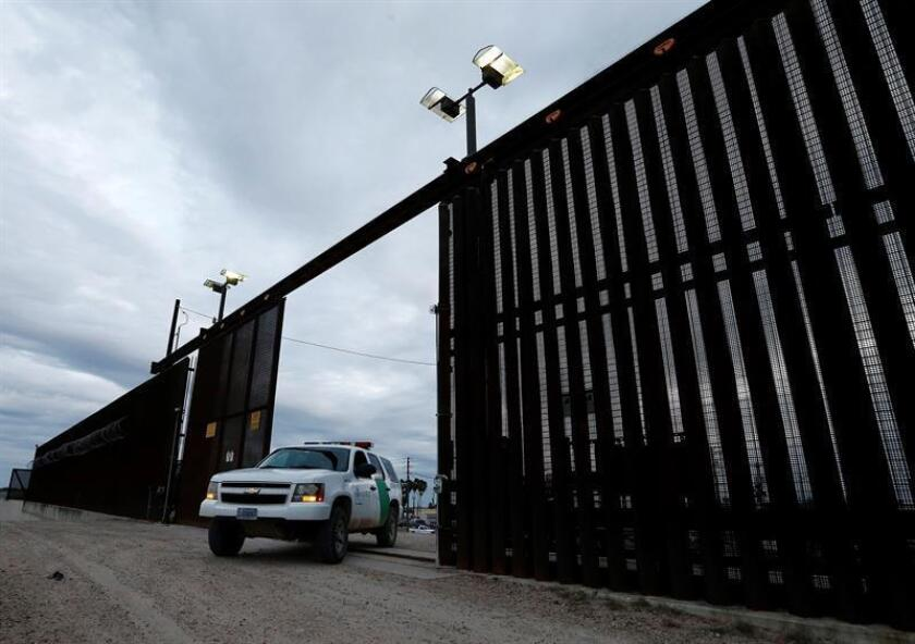 Un agente de la Patrulla Fronteriza de los Estados Unidos atraviesa una puerta en la cerca a lo largo del río Grande cerca de McAllen, Texas, EE. UU., el 23 de enero de 2019. Según los informes, dos mil millas de la frontera entre Estados Unidos y México es la frontera internacional más cruzada en el mundo. EFE/Archivo