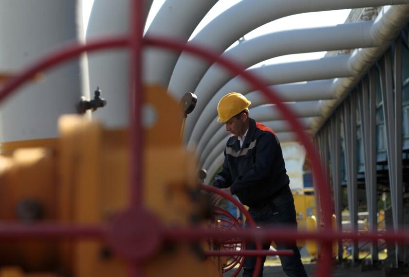 Un trabajador maneja las válvulas en el depósito de gas de Bilche-Volicko-Ugerske, en Ucrania, 21 de mayo de 2014. El gigante ruso del gas Gazprom cortó el suministro a Ucrania tras el fracaso de las negociaciones por el precio, dijo la empresa.