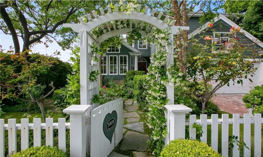 Kirsten Dunst's Toluca Lake home - Los Angeles Times