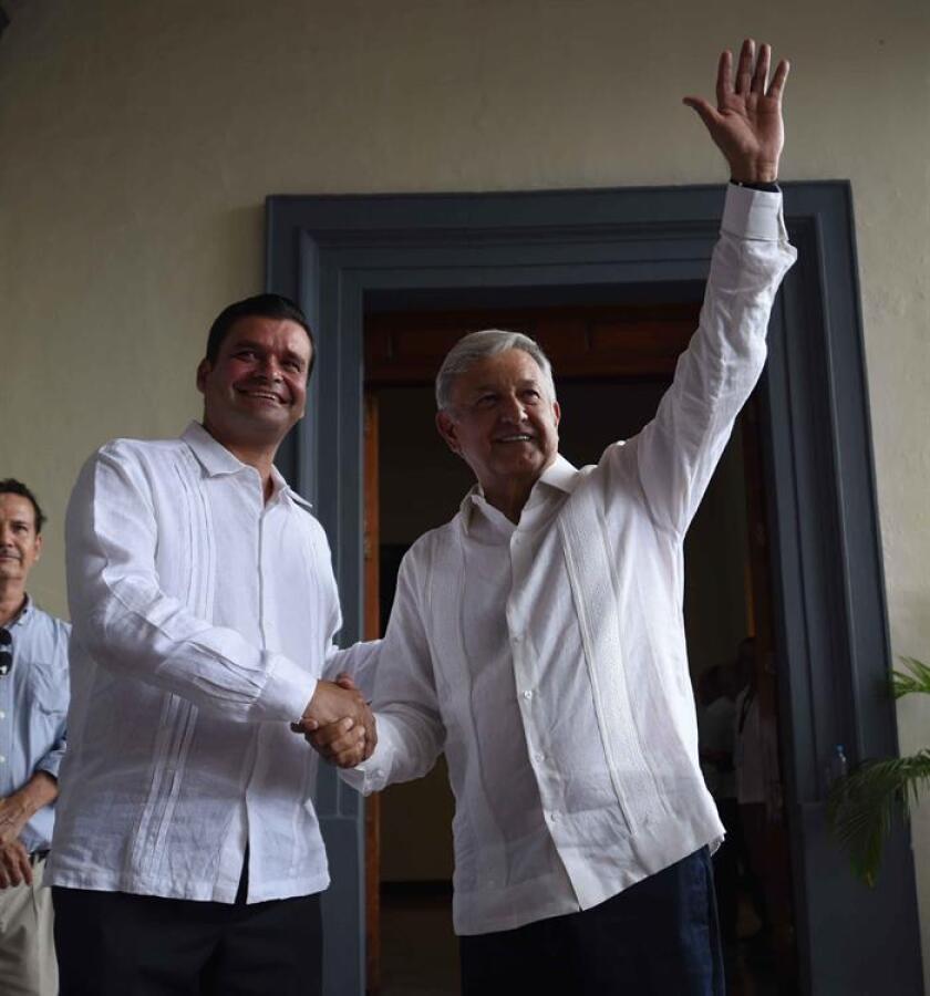 """El presidente electo de México, Andrés Manuel López Obrador (d) y el gobernador de Nayarit, Antonio Echevarría, se dan la mano al inicio de su gira de agradecimiento hoy, domingo 16 de septiembre de 2018, en el estado de Nayarit (México), donde reconoció que la situación económica del país lo obligará a cumplir sus promesas de campaña """"hasta donde alcance el presupuesto"""". EFE/PRENSA AMLO/SOLO USO EDITORIAL"""