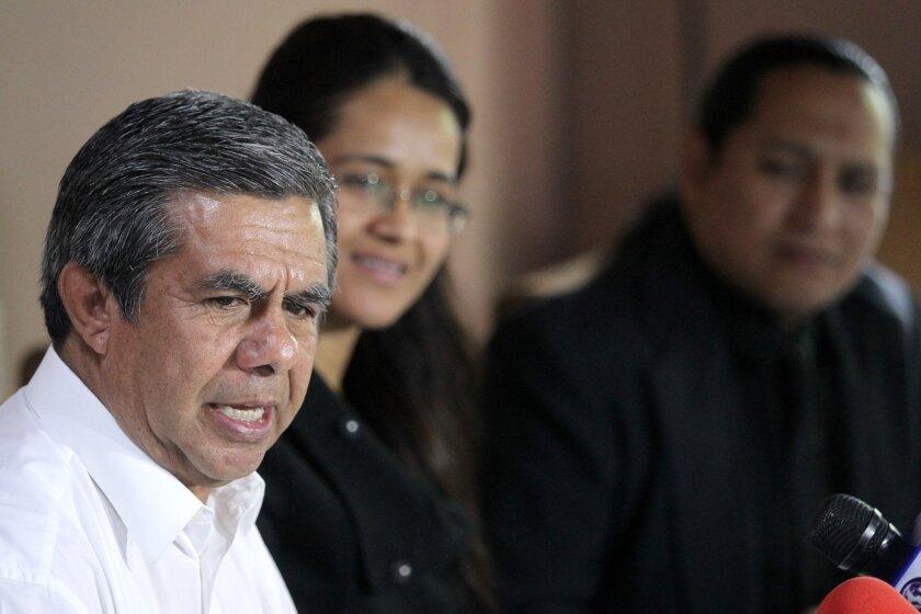 El presidente municipal de Sayula en el estado de Jalisco (México), Jorge Campos Aguilar (i), habla hoy, jueves 5 de enero 2017, durante una rueda de prensa para dar a conocer las actividades para el aniversario luctuoso del escritor Juan Rulfo que se llevaran acabo en el municipio de Sayula