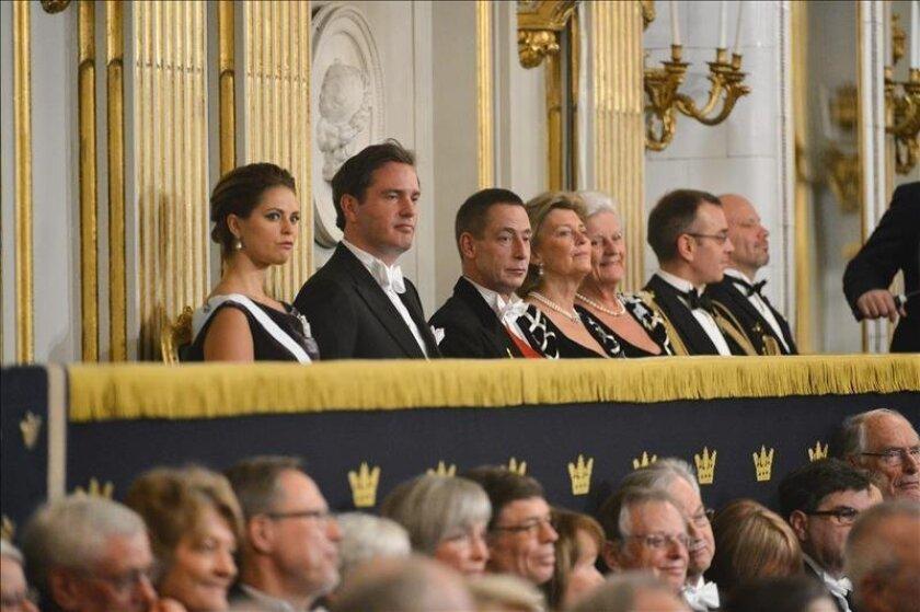 Imagen distribuida el pasado 21 de diciembre, en la que aparece la princesa Magdalena de Suecia (izq), y su prometido Chris O'Neill (2º izq) en un encuentro formal de la Academia Sueca en la Bolsa de Estocolmo. EFE/Archivo